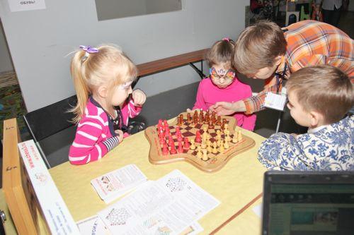 Логическая игра в шахматы с детьми на выставке Тотоша