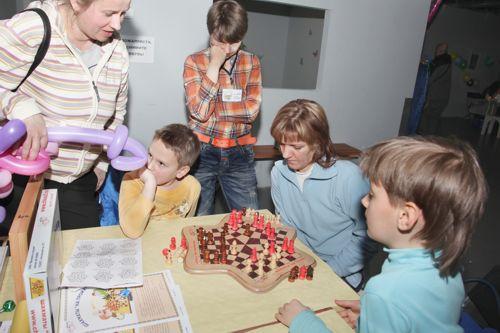 Шахматы на троих - настольная игра с детьми