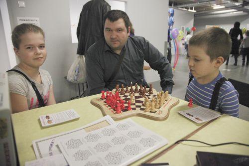 Шахматы для троих - логическая игра с детьми на выставке Тотоша