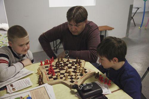 Шахматы на троих - логическая игра с детьми