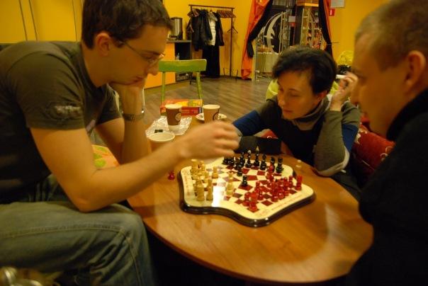 Участники турнира в шахматы для троих в клубе Трой (Москва)